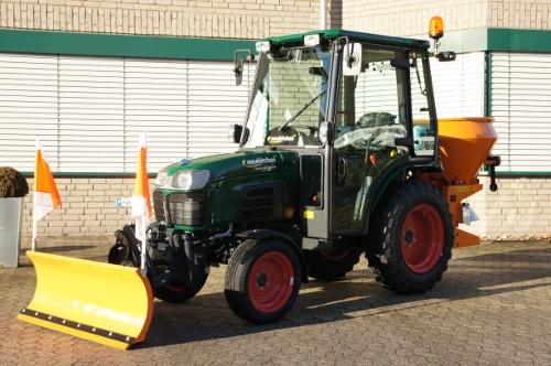 Traktor mit Schneeschild und Salzstreuer
